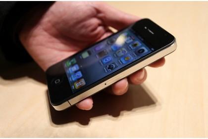 'Nẫng' trộm iPhone 4 trong cửa hàng smartphone