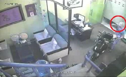Kẻ trộm ngậm dao vào nhà ăn cắp Vespa, rượu ngoại