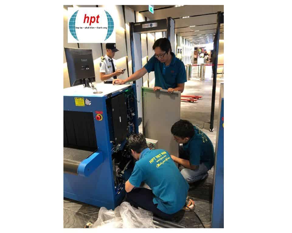 Nhân viên kỹ thuật HPT Việt Nam bảo hành máy