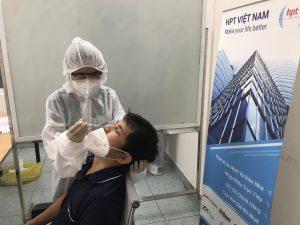 Nhân viên HPT Việt Nam xét nghiệm nhanh Covid chuẩn bị tiêm Vắc-xin